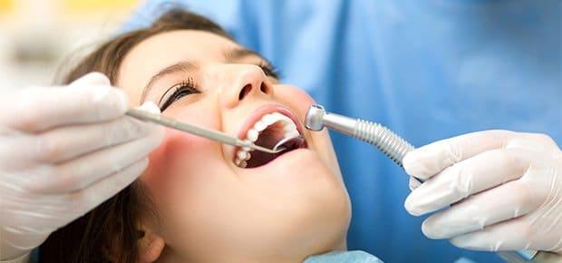 Patient bliver behandlet omsorgsfuldt af tandlæge nær Kokkedal
