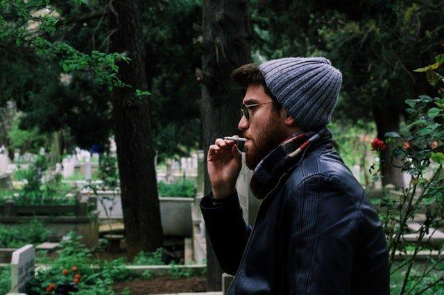 rygning-mand-i-skoven-kirkegård-cigaretter-parodentose-hørsholm