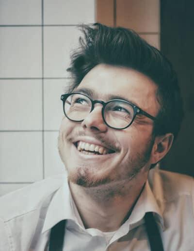 En herre som kan være patient i trørød tandklinik har fået kosmetisk tandpleje