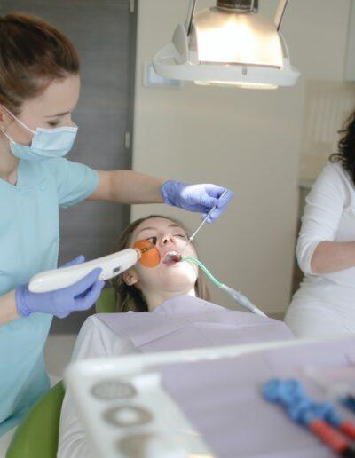 kvinde bliver undersøgt af tandlæger til konsultation om tandimplantater