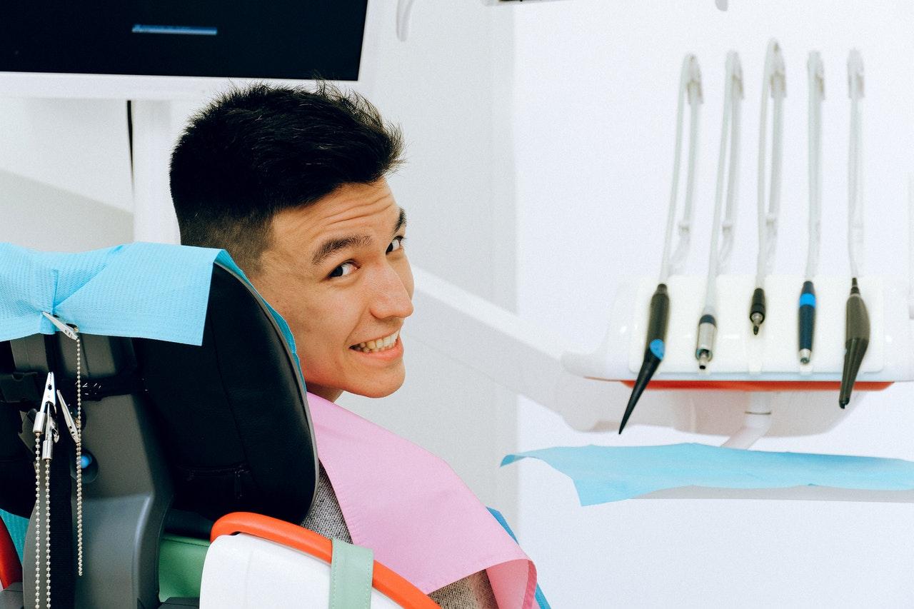 Mand hos tandlæge i Kokkedal har implantater i munden og er glad